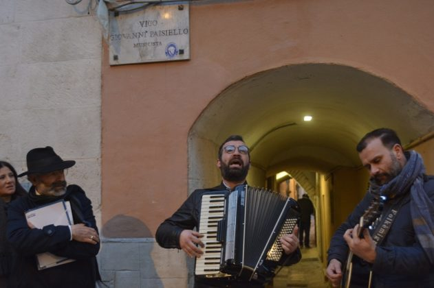 I Folkemigra davanti a Vico Paisiello, tra San Gaetano e il Traetta