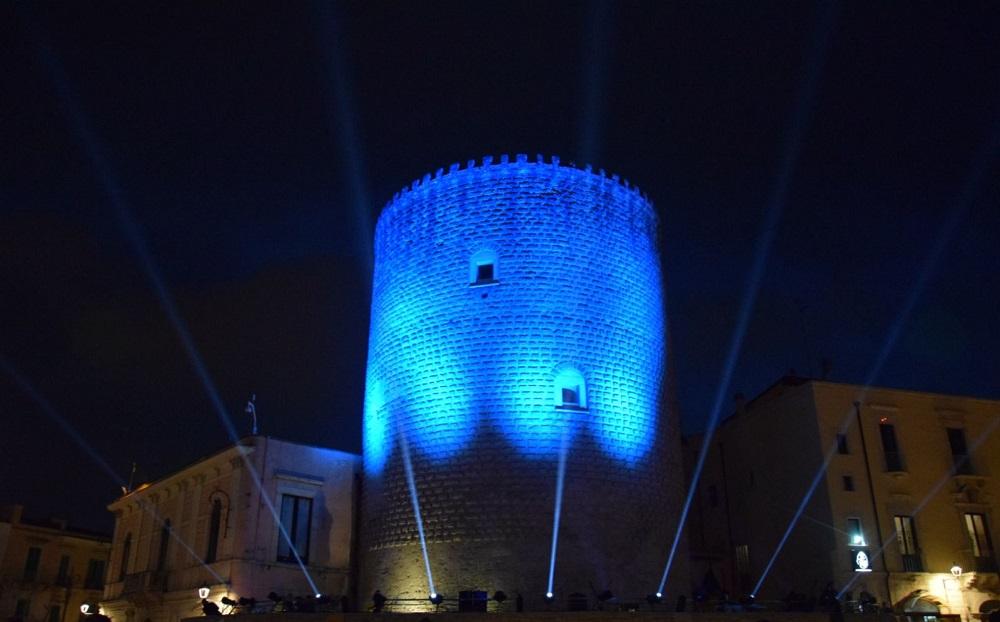 Il Torrione Angioino illuminato dalle luci de Le Cronache del Trono