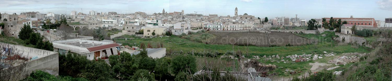 La città vista dalla Lama e le due aree gemelle segnate dai due ponti
